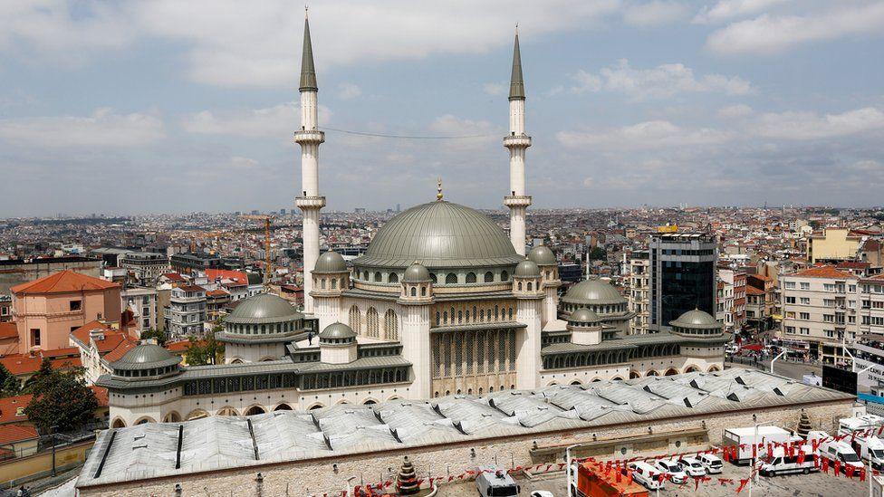 სტამბოლში, ტაქსიმის მოედანზე გაიხსნა მეჩეთი, რომლის აშენების გეგმასაც 2013 წელს თურქეთში საპროტესტო გამოსვლები მოჰყვა
