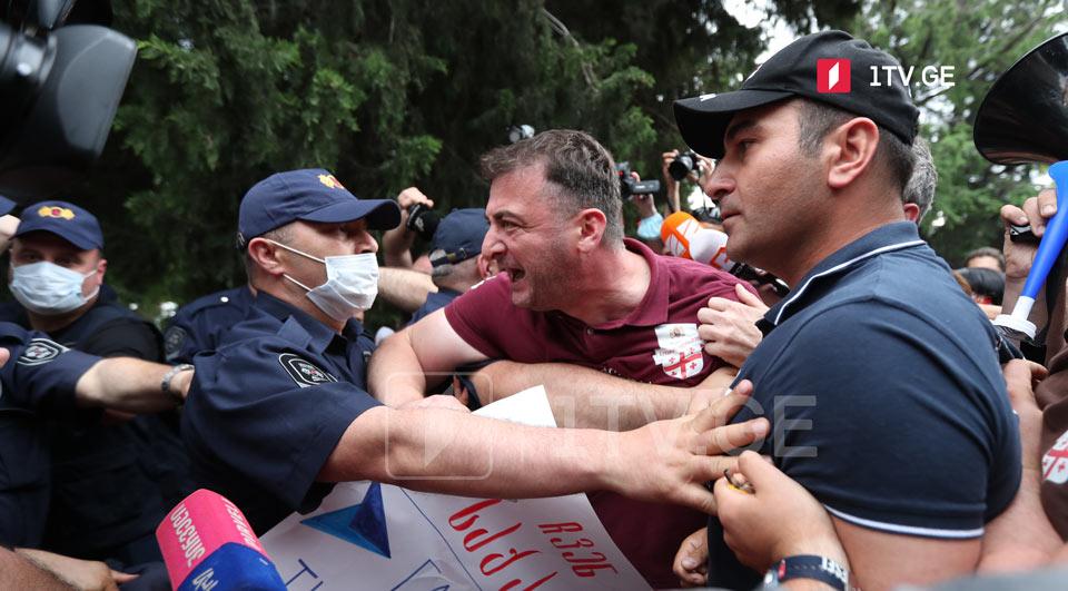 Активисты организовали акцию протеста перед «Экспо-Грузия», где начинается учредительный съезд партии экс-премьера Георгия Гахария