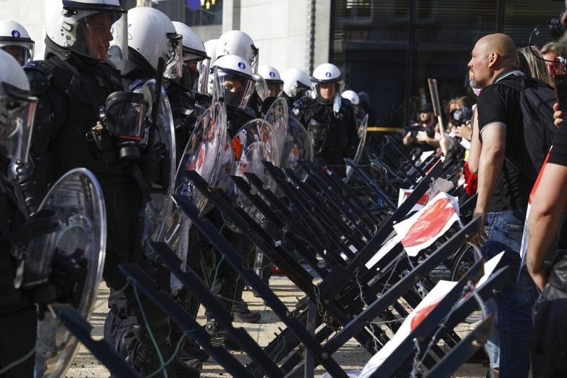 """ბრიუსელში პოლიციამ """"კოვიდ-19""""-ის გამო შეზღუდვების გასაპროტესტებლად შეკრებილი დემონსტრანტების წინააღმდეგ ცრემლსადენი აეროზოლი გამოიყენა"""