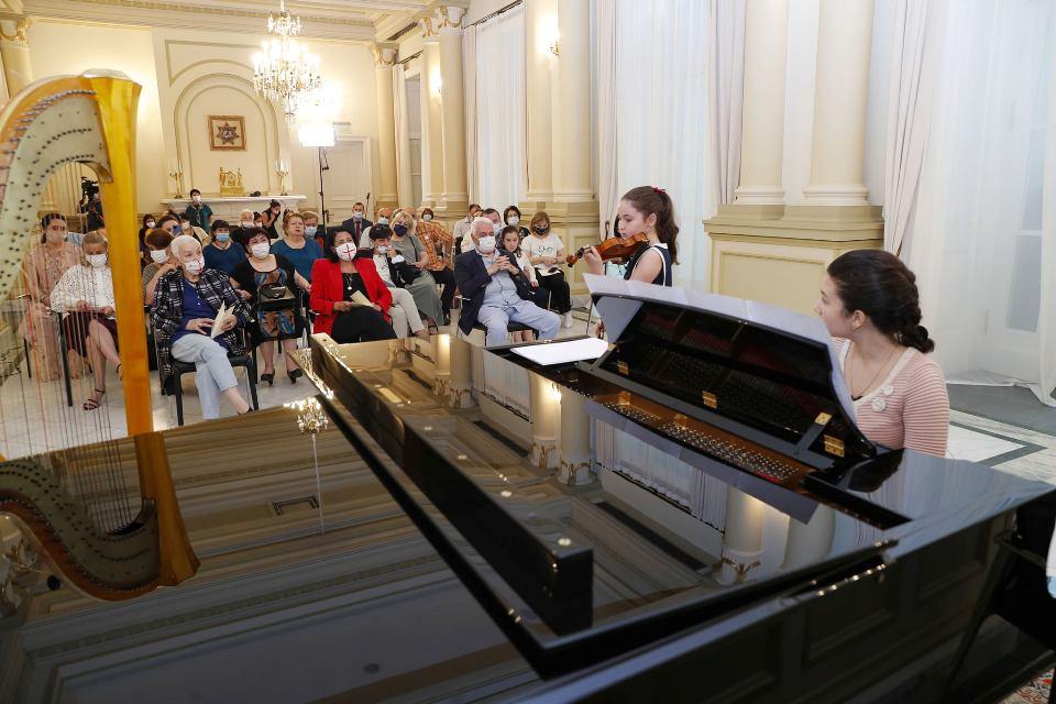 """პრეზიდენტმა ორბელიანების სასახლეში ზაქარია ფალიაშვილის სახელობის სამუსიკო სკოლის """"ნიჭიერთა ათწლედის"""" მოსწავლეებს უმასპინძლა"""