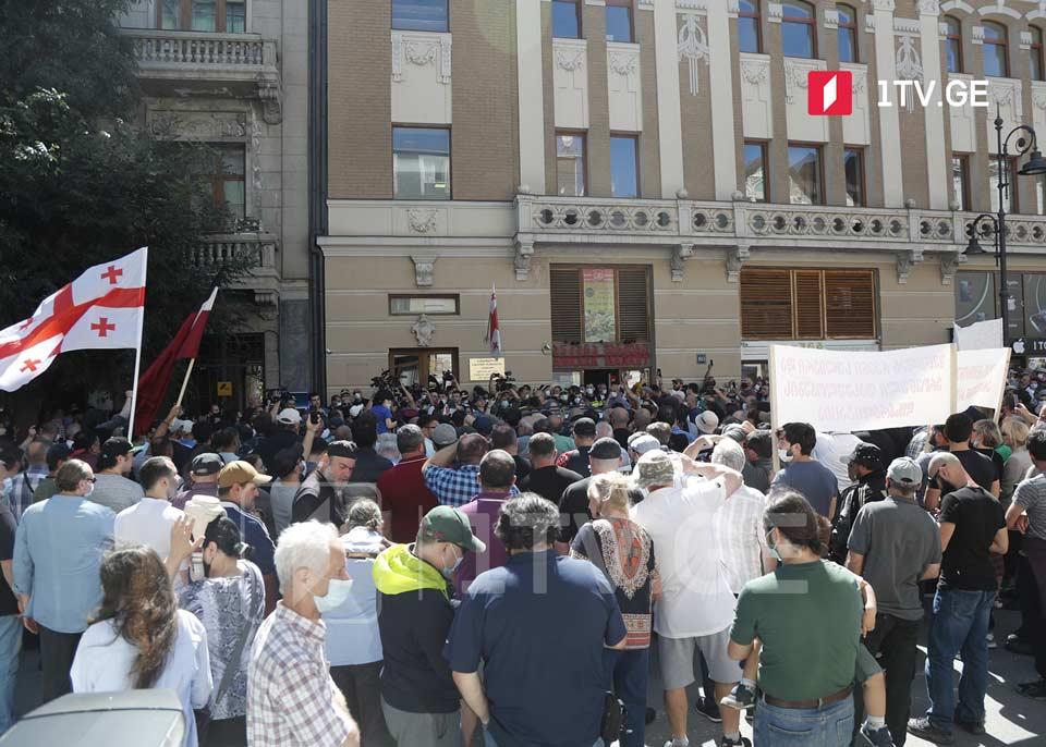 Сторонники владыки Спиридона проводят акцию у офиса Народного защитника
