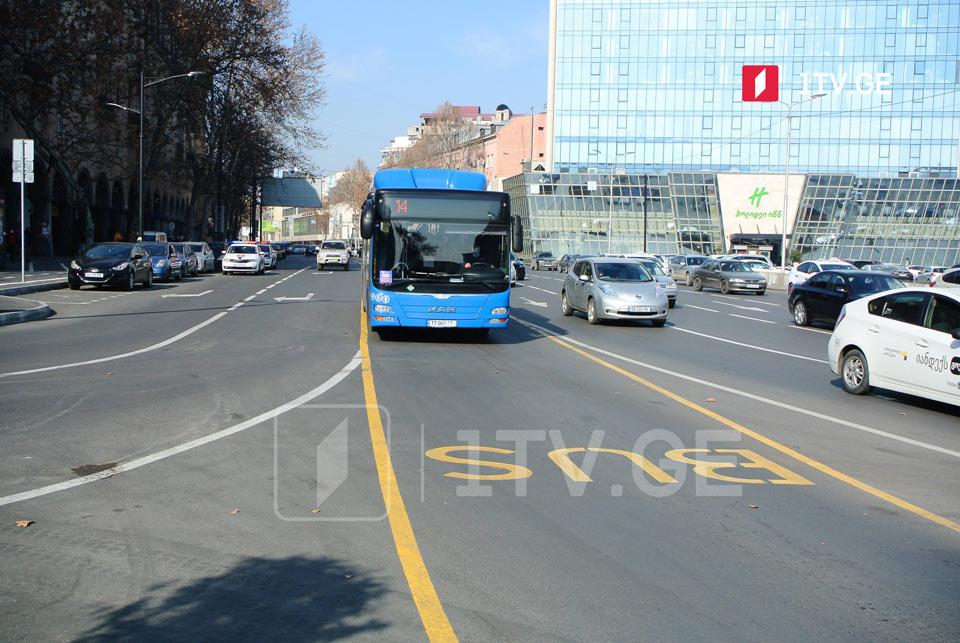 სპორტის სასახლის მიმდებარე ტერიტორიაზე, ავტობუსის ზოლში გაჩერებული მანქანა დაჯარიმდება