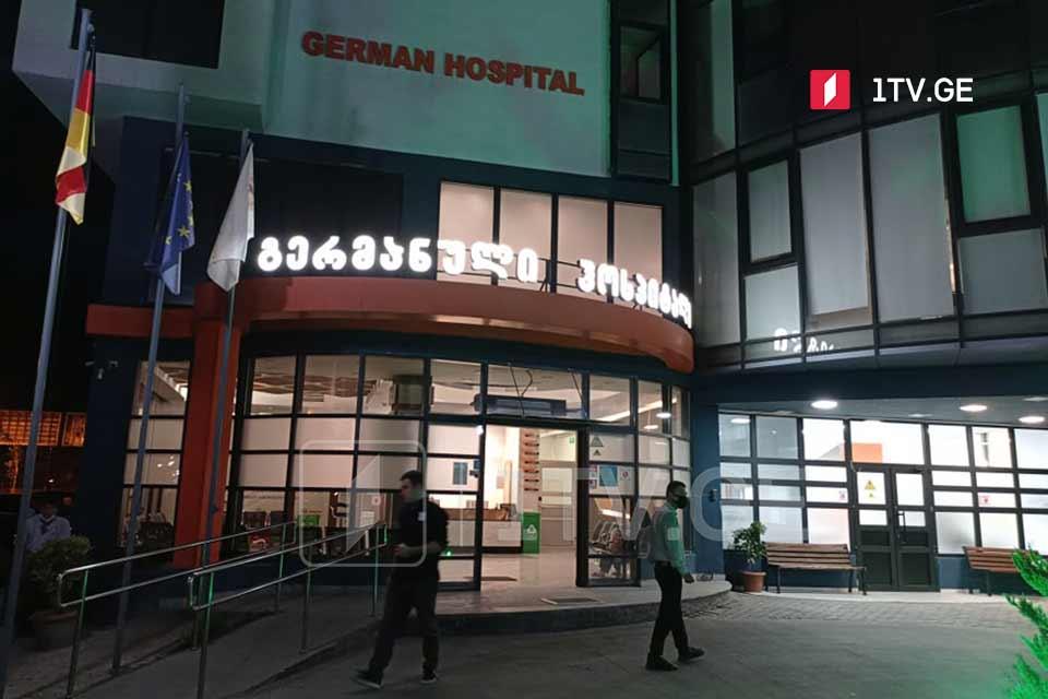 გერმანულ ჰოსპიტალში აცხადებენ, რომ უკიდურესად მძიმეა 46 წლის მამაკაცის მდგომარეობა, რომელიც დიდუბე-ჩუღურეთის პოლიციის ერთ-ერთი შენობის აივნიდან გადმოვარდნის შედეგად დაშავდა