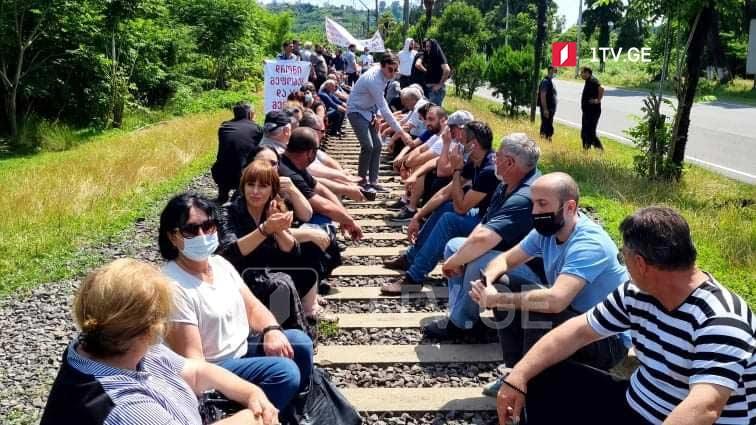 ადგილობრივებმა ქობულეთში რკინიგზა გადაკეტეს და თბილისი-ბათუმის მატარებელს გავლის საშუალებას არ აძლევენ