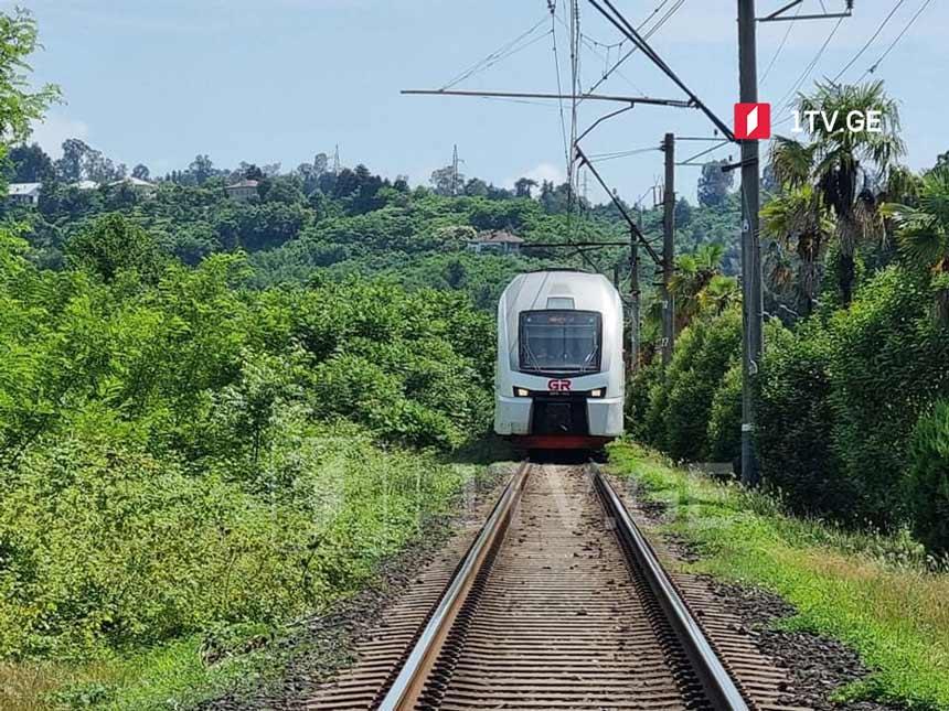 ქობულეთში ადგილობრივების მიერ ჩაკეტილი რკინიგზა გახსნილია, მატარებელმა მოძრაობა განაახლა