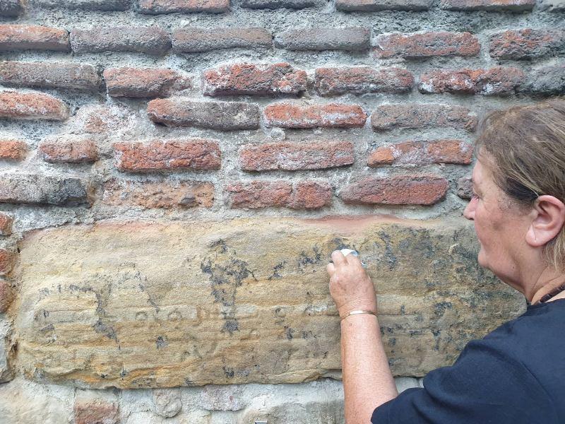 კულტურული მემკვიდრეობის დაცვის სააგენტოში აცხადებენ, რომ თბილისში დაზიანებული არაბული წარწერის აღდგენა დაწყებულია