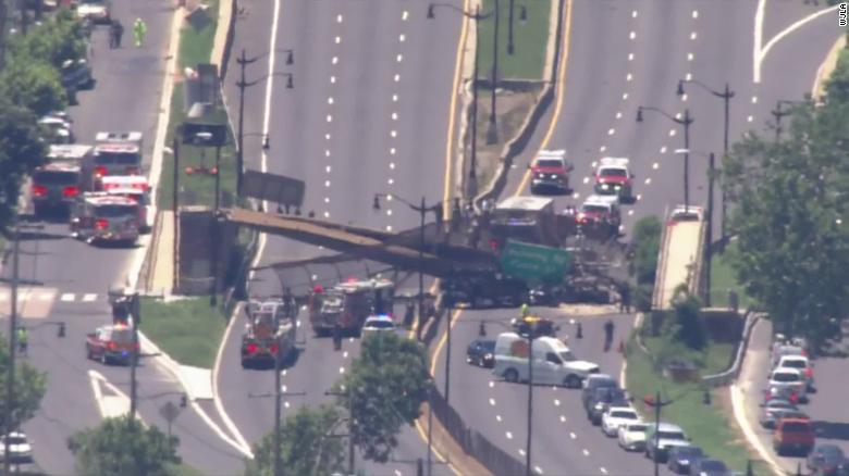 ვაშინგტონში ქვეითთა გადასასვლელი ხიდის ჩანგრევის შედეგად ხუთი ადამიანი დაშავდა