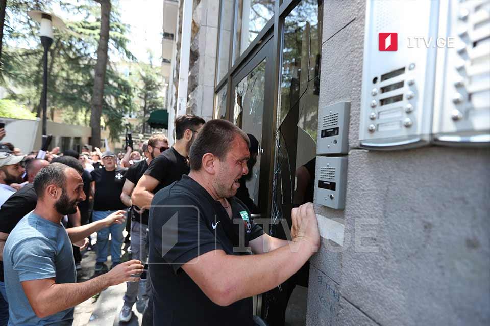 Противники «Тбилиси Прайд» разбили окна офиса движения «Сирцхвилия», расположенного позади здания парламента [фото]