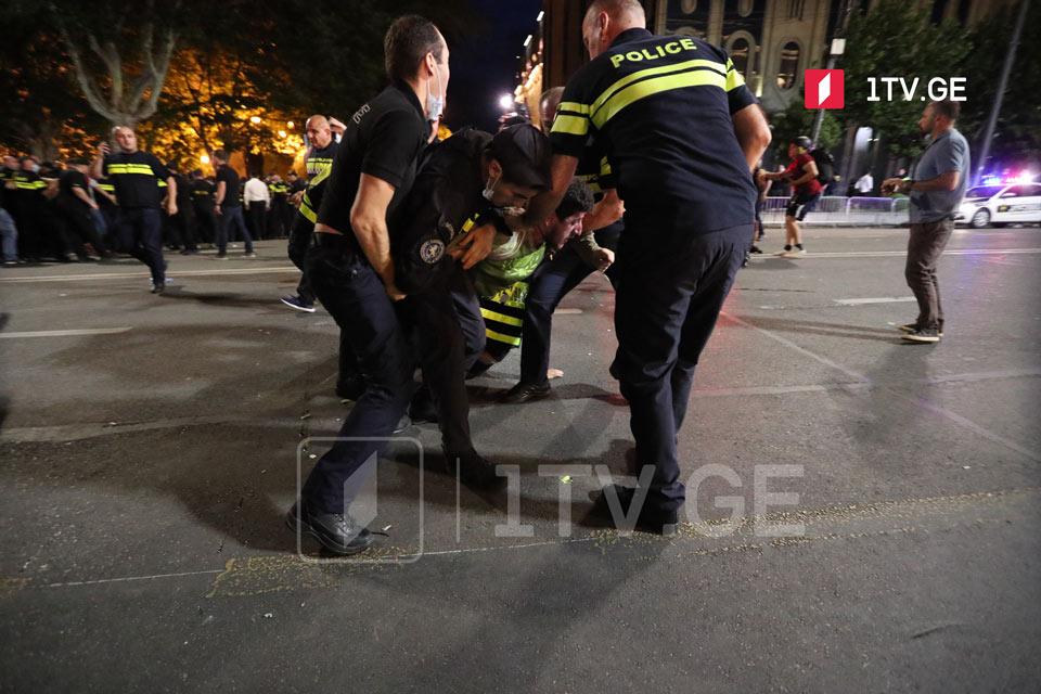 Ռուսթավելիի պողոտայում կրկին դիմակայություն է, ոստիկանությունը դեպքի վայրից դուրս է բերում «Թբիլիսի փրայդի» հակառակորդներին