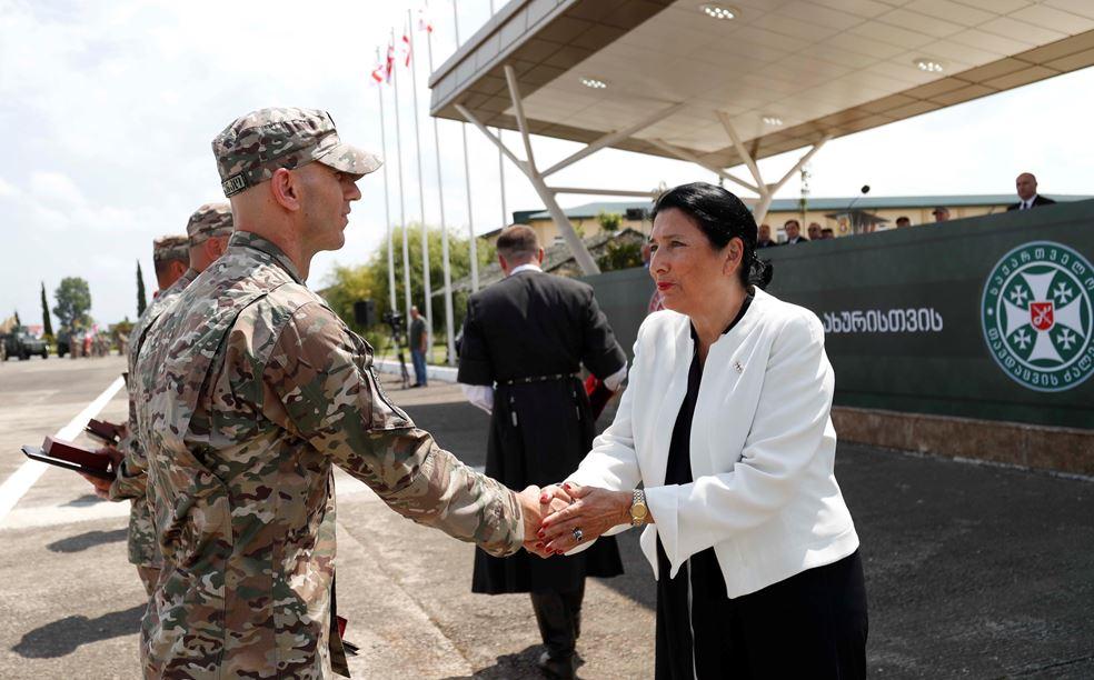 """პრეზიდენტმა ავღანეთის მისიიდან დაბრუნებული რვა ქართველი სამხედრო """"მხედრული მამაცობისთვის"""" დააჯილდოვა"""