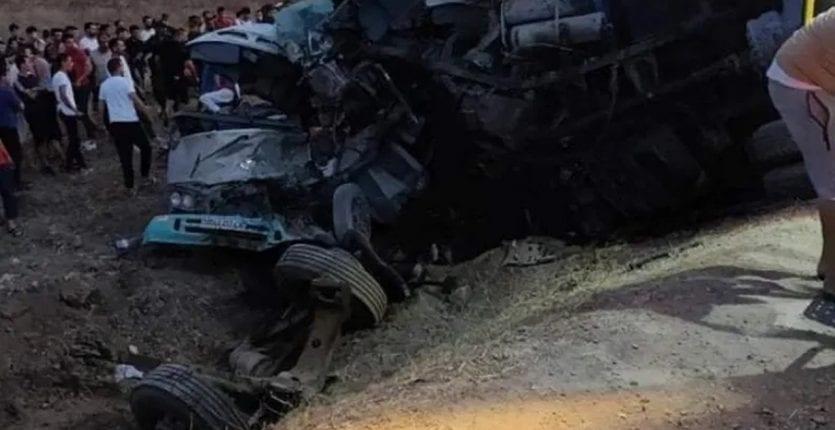 ალჟირში სატვირთო ავტომობილისა და ტურისტული ავტობუსის შეჯახების შედეგად სულ მცირე 18 ადამიანი დაიღუპა