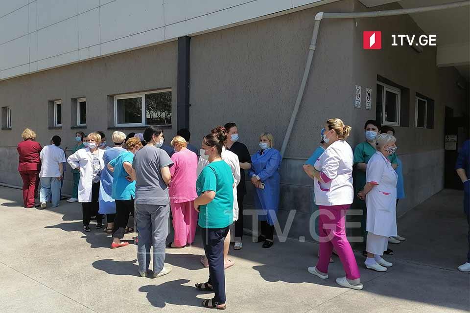 ბათუმის რესპუბლიკური საავადმყოფოს ძველი კორპუსის თანამშრომლები აცხადებენ, რომ საყოველთაო ჯანდაცვის პროგრამის დაფინანსებიდან კლინიკის ჩახსნის შედეგად, პერსონალის ნაწილი უმუშევარი დარჩება