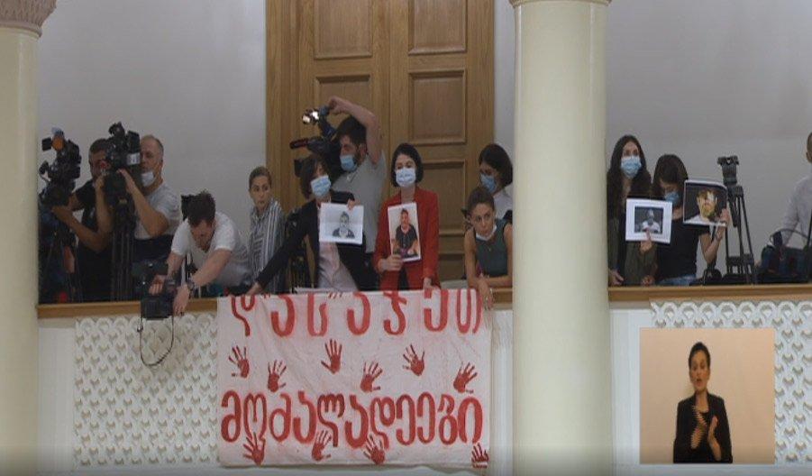 Լրատվամիջոցների ներկայացուցիչները լիագումար նիստում  «Պատժիր բչնագործներին» գրությամբ պաստառ են բացել