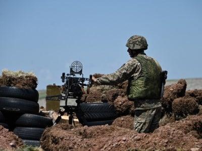 სომხეთის თავდაცვის სამინისტრო იუწყება, რომ აზერბაიჯანის მხრიდან ცეცხლის გახსნის შედეგად სამი სომეხი ჯარისკაცი დაიჭრა