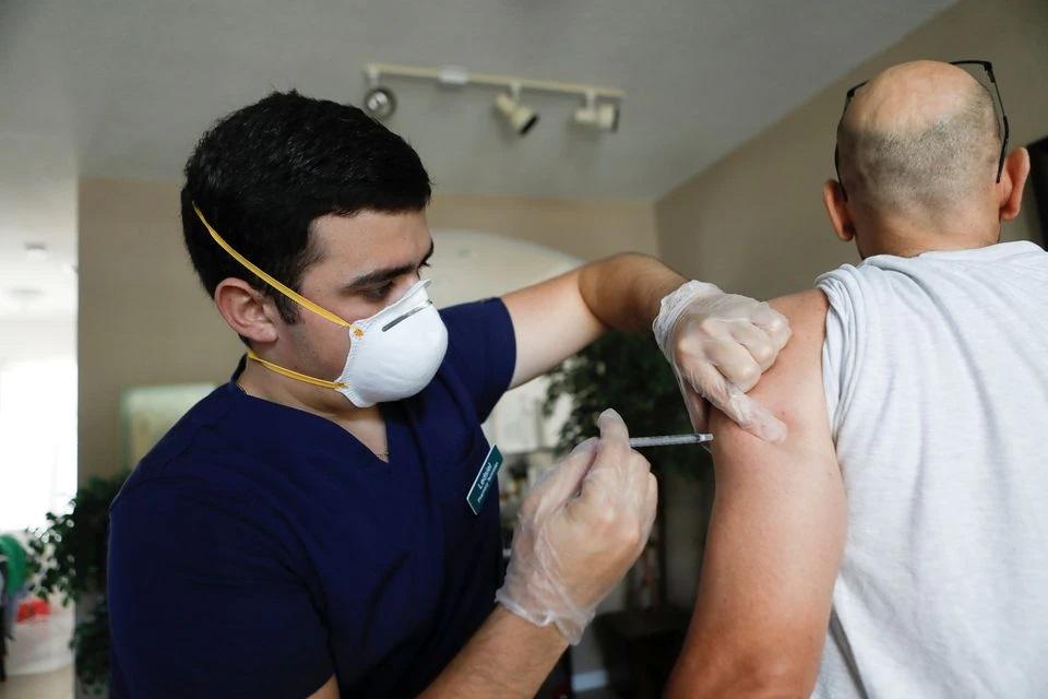 აშშ-ის დაავადებათა კონტროლის ცენტრის მონაცემებით, კორონავირუსის ვაქცინის სულ მცირე ერთი დოზა ქვეყნის ზრდასრული მოქალაქეების 70 პროცენტს აქვს გაკეთებული