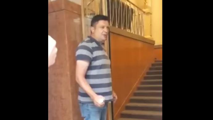 კიევში, მთავრობის სახლში მამაკაცი ხელყუმბარის აფეთქებით იმუქრება