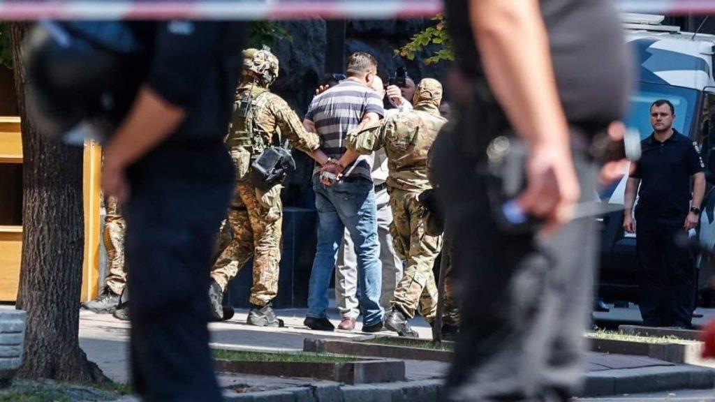 კიევში დააკავეს მამაკაცი, რომელიც მთავრობის სახლში ხელყუმბარის აფეთქებით იმუქრებოდა