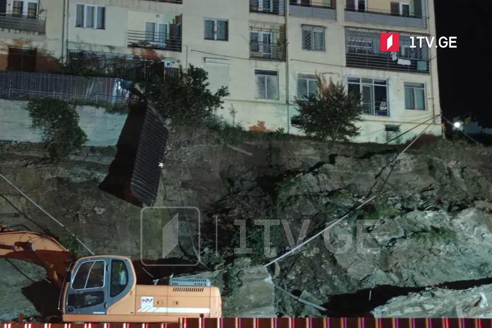 თბილისში, ლორთქიფანიძის ქუჩაზე ფერდის ნაწილი ჩამოიშალა