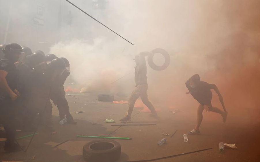 კიევში პრეზიდენტის ოფისთან დემონსტრანტებსა და პოლიციას შორის შეტაკება მოხდა