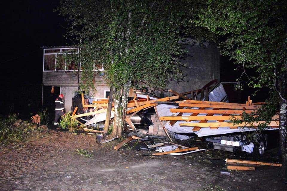 წალენჯიხის მუნიციპალიტეტში ძლიერმა ქარმა სახლს სახურავი გადახადა, დაზიანდა რამდენიმე ავტომობილი