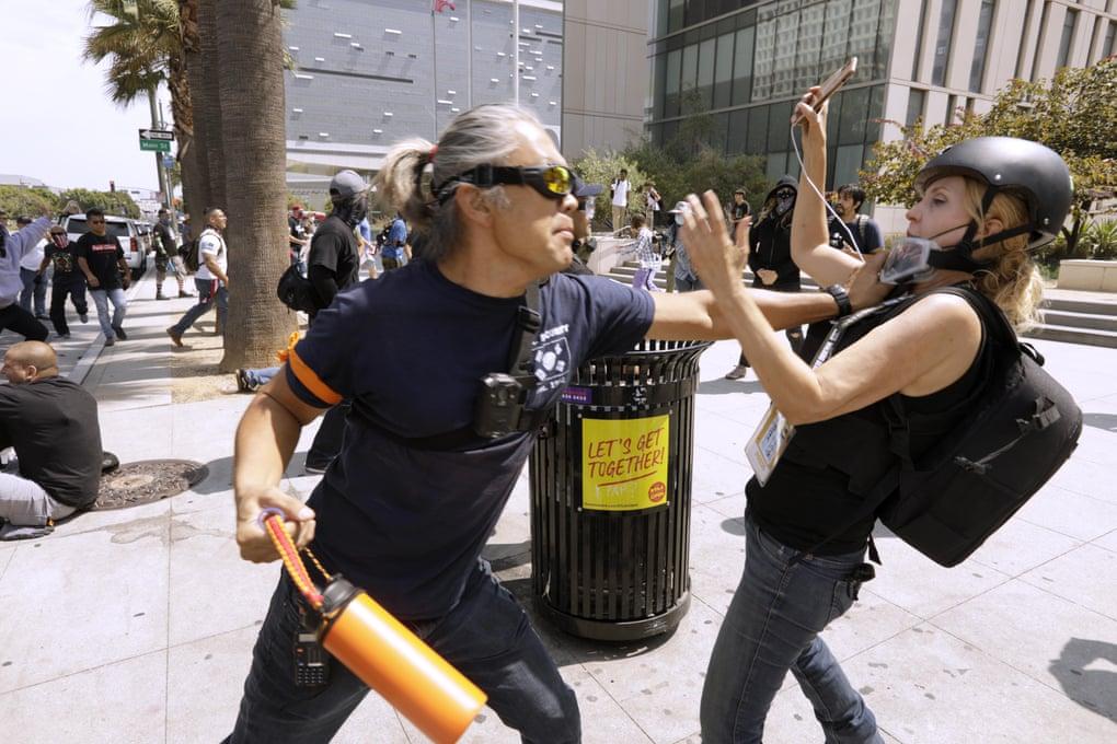 """""""გარდიანი"""" -ნადირობის სეზონი მედიაზე: ლოს ანჯელესში საპროტესტო აქციებზე ჟურნალისტებს სულ უფრო ხშირად ესხმიან თავს"""