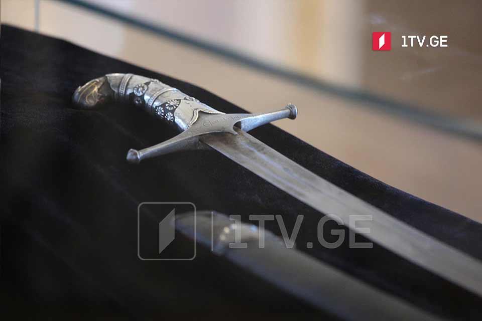 ბიზნესმენმა დავით ხიდაშელმა საქართველოს სახელმწიფოს ჭავჭავაძეების ხმალი გადასცა