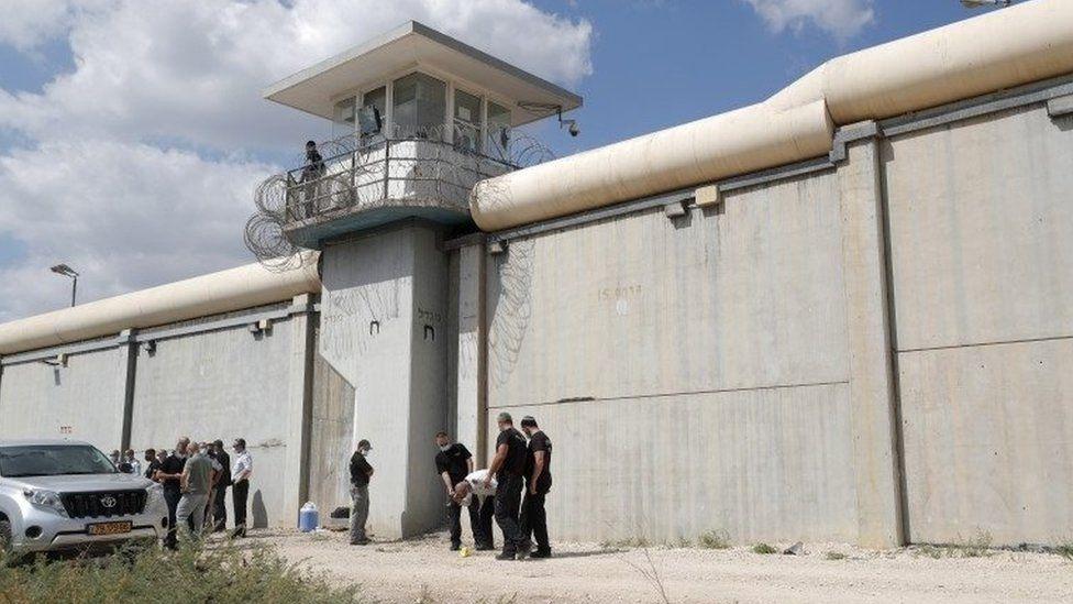 ისრაელის სამართალდამცავი უწყებები ეძებენ ექვს პალესტინელ პატიმარს, რომლებიც ქვეყნის ერთ-ერთი ყველაზე დაცული ციხიდან გაიქცნენ