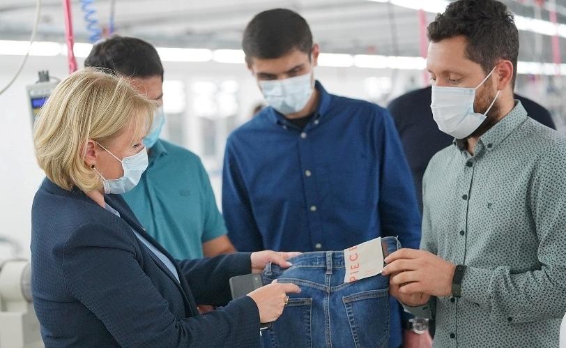 ნათია თურნავა ოზურგეთში, ჯინსების სამკერვალო ფაბრიკაში იმყოფებოდა