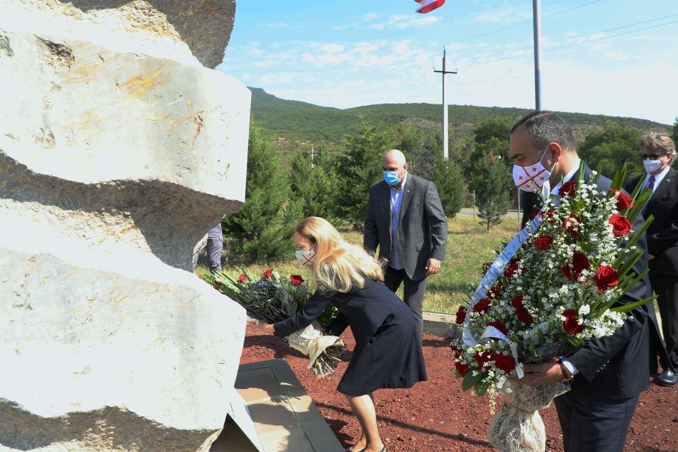 Посольство США - Кадры 11 сентября оставили неизгладимый след в нашей памяти, но принесли беспрецедентное международное единство в борьбе с терроризмом