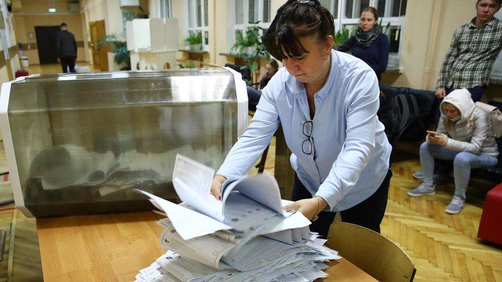 რუსეთის საპარლამენტო არჩევნებში, ხმების 85 პროცენტის დათვლის შემდეგ, მმართველი პარტია იმარჯვებს