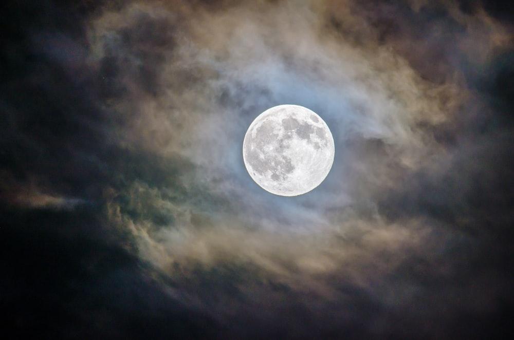 ფართომასშტაბიანი კვლევის მიხედვით, მთვარე დიდ გავლენას ახდენს ადამიანის ძილზე — #1tvმეცნიერება