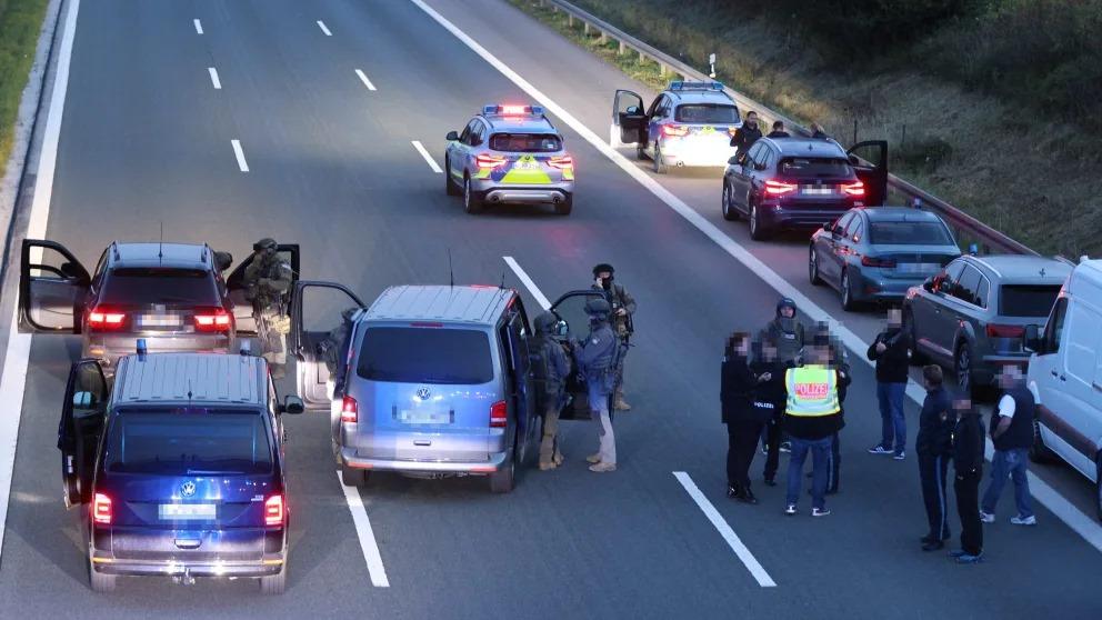 გერმანიაში შეიარაღებულმა პირმა ავტობუსის ორი მგზავრი მძევლად აიყვანა