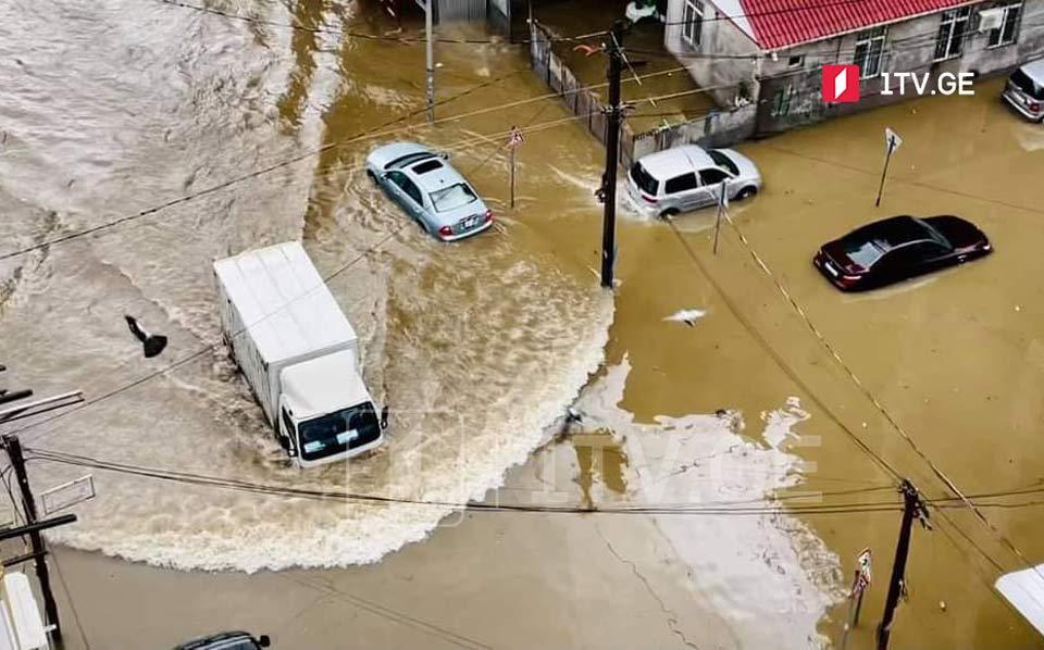 В результате сильного дождя в Батуми затопило несколько улиц