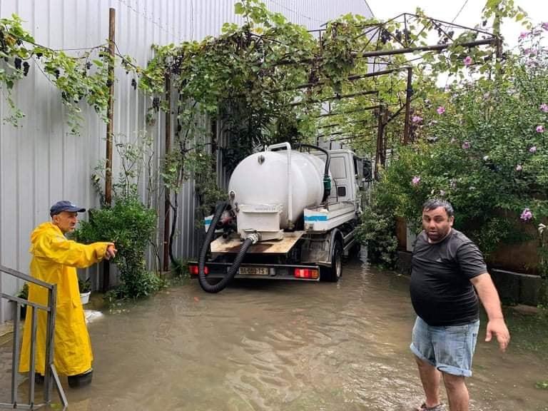 На затопленных улицах Батуми откачивают воду