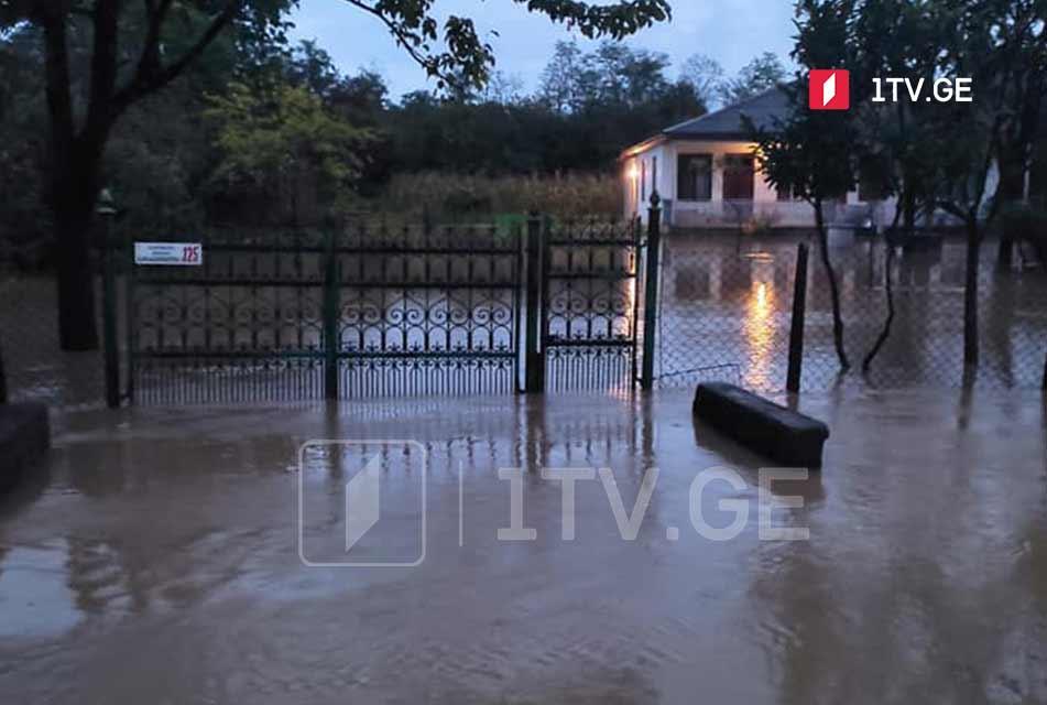 ძლიერი წვიმის შედეგად ადიდებულმა მდინარემ აბაშაში ეზოები და საცხოვრებელი სახლების პირველი სართულები დატბორა