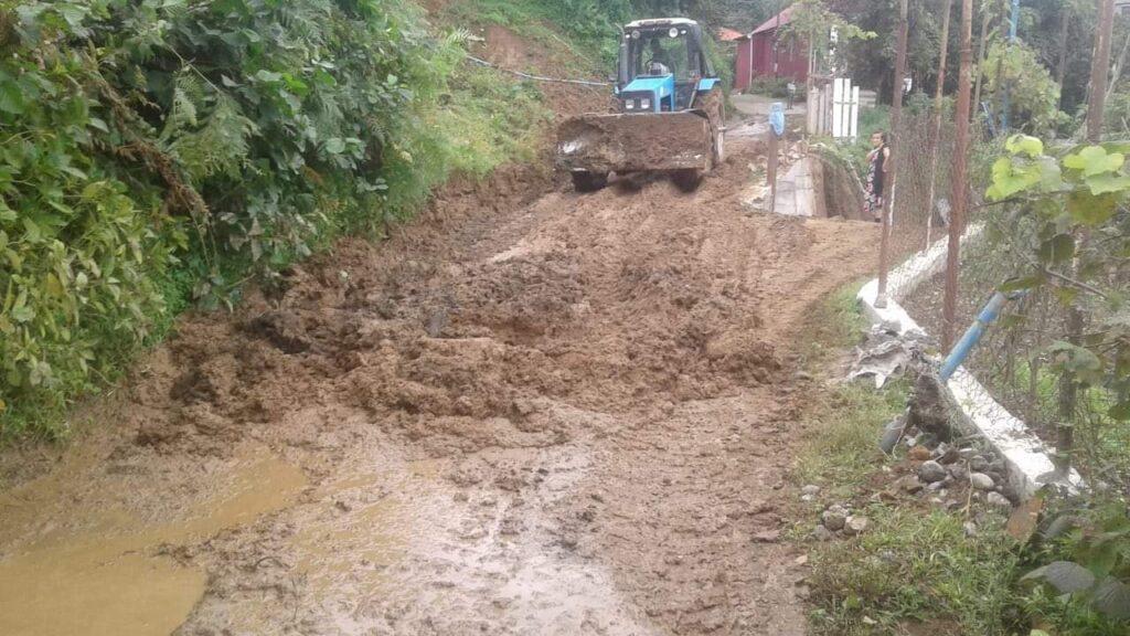 Քոբուլեթիում, Խելվաչաուրիում և Խուլոյում սողանքային հողի զանգվածը փակել է մուտքը մի քանի գյուղեր