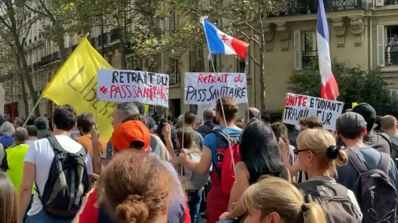 საფრანგეთში კოვიდპასპორტებთან დაკავშირებული რეგულაციების წინააღმდეგ საპროტესტო მსვლელობა იმართება