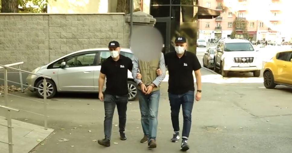 პოლიციამ თბილისში უკანონო ცეცხლსასროლი იარაღები და საბრძოლო მასალა ამოიღო, დაკავებულია ხუთი პირი